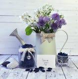 Baya madura de la madreselva en tarro y regadera del vintage con las flores salvajes en la tabla Fotografía de archivo