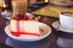 Baya madura roja mezclada fresca estacional deliciosa sabrosa que remata en el pastel de capas del cresp?n Postre dulce sano, boc imagenes de archivo
