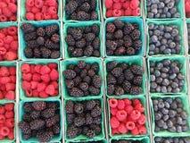 Baya varitety en cestas en el mercado 4k Imagenes de archivo
