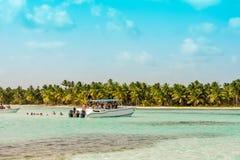 BAYAHIBE,多米尼加共和国- 2017年5月21日:有人的小船在岸附近 复制文本的空间 库存图片