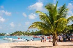 BAYAHIBE,多米尼加共和国- 2017年5月21日:游人临近小船 加勒比横向 复制文本的空间 图库摄影