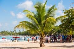 BAYAHIBE,多米尼加共和国- 2017年5月21日:游人临近小船 加勒比横向 复制文本的空间 免版税库存照片