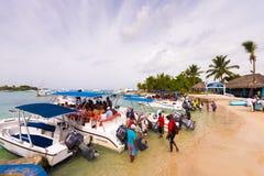 BAYAHIBE, DOMINIKANISCHE REPUBLIK - 21. MAI 2017: Touristen kommen in Boote Kopieren Sie Raum für Text Lizenzfreie Stockbilder