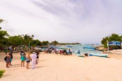 BAYAHIBE, DOMINIKANISCHE REPUBLIK - 21. MAI 2017: Touristen kommen in Boote Kopieren Sie Raum für Text Stockbild