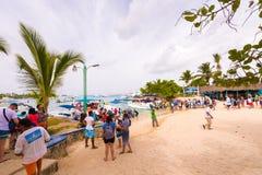 BAYAHIBE, RÉPUBLIQUE DOMINICAINE - 21 MAI 2017 : Les touristes entrent dans des bateaux Copiez l'espace pour le texte Images stock