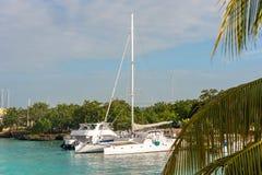 BAYAHIBE, REPÚBLICA DOMINICANA - 21 DE MAYO DE 2017: Barcos en la orilla Copie el espacio para el texto Foto de archivo libre de regalías