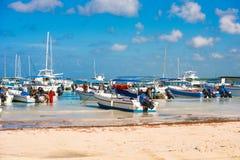 BAYAHIBE, REPÚBLICA DOMINICANA - 21 DE MAYO DE 2017: Barcos en la orilla Copie el espacio para el texto Imagen de archivo