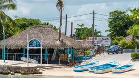 BAYAHIBE, REPÚBLICA DOMINICANA - 21 DE MAYO DE 2017: Vista del edificio cerca de la orilla Copie el espacio para el texto Fotografía de archivo