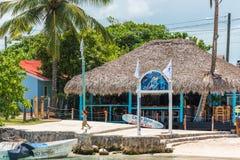 BAYAHIBE, REPÚBLICA DOMINICANA - 21 DE MAYO DE 2017: Vista del edificio cerca de la orilla Copie el espacio para el texto Foto de archivo libre de regalías