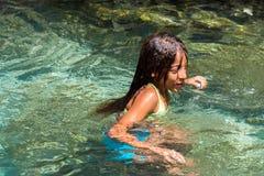 BAYAHIBE, republika dominikańska - MAJ 21, 2017: Dziewczyna kąpać w naturalnym jeziorze Zakończenie Obrazy Royalty Free