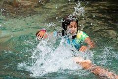 BAYAHIBE, republika dominikańska - MAJ 21, 2017: Dziewczyna kąpać w naturalnym jeziorze Zakończenie Zdjęcie Stock