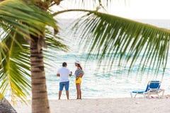 BAYAHIBE, republika dominikańska - MAJ 21, 2017: Para na piaskowatej plaży Odbitkowa przestrzeń dla teksta Zdjęcia Stock