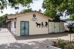BAYAMO, CUBA - 30 DE JANEIRO DE 2016: Construção produção feito à mão lin dos carros do cavalo da Cuba da única fotos de stock royalty free