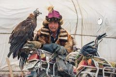 BAYAN-OLGII省,蒙古- 10月 01日2017年:传统蒙古鹫节日 未知的蒙古人猎人Berkutch 库存图片