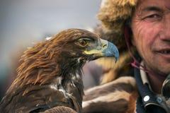 BAYAN-OLGII省,蒙古- 10月 01日2017年:传统鹫节日 与G的未知的蒙古人猎人Berkutchi 免版税库存图片