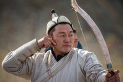 Bayan-Ulgii, Mongólia - 1º de outubro de 2017: Eagle Festival dourado tradicional, competições do tiro ao arco Arqueiro desconhec imagens de stock royalty free