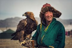 Bayan-Ulgii, Mongolië - Oktober 01, 2017: Traditioneel Gouden Eagle Festival Onbekend Mongools Hunter Posing With Great Golden Ea stock foto's