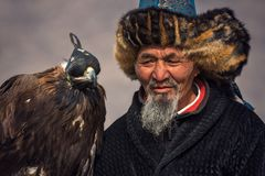 Bayan-Ulgii Mongoliet - Oktober 01, 2017: Traditionella guld- Eagle Festival Gammalt Greybearded mongoliskt Hunter Berkutchi With Arkivfoto