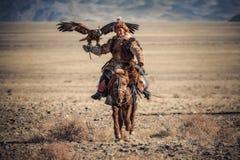 Bayan-Ulgii, Westelijk Mongolië - Oktober 07, 2018: Gouden Eagle Festival Sunny Day And Mongolian Nomad-Hunter met Grote Gouden stock fotografie