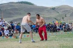 Bayanday,俄罗斯- 6月14 :yordinskiye比赛, Buryat人在yordynskiye比赛的一次全国战斗, 6月竞争 免版税库存照片
