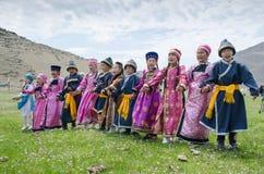 Bayanday RYSSLAND - JUNI 14: yordinskiye spelar, Buryat barn i nationella dräktallsångsånger i yordynskyhlekar, Juni Arkivfoton