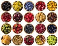 Bayas aisladas en blanco Collage de las diversas frutas y bayas de los colores Frutas y bayas en cuenco en el fondo blanco Dulce  Fotografía de archivo libre de regalías