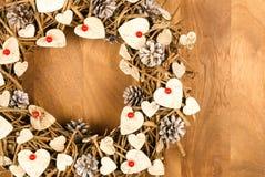 Bayas blancas del rojo de los corazones de la decoración del vintage de la guirnalda de la Navidad Fotos de archivo libres de regalías