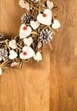 Bayas blancas del rojo de los corazones de la decoración del vintage de la guirnalda de la Navidad Imágenes de archivo libres de regalías
