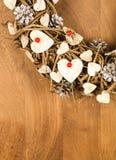 Bayas blancas del rojo de los corazones de la decoración del vintage de la guirnalda de la Navidad Fotos de archivo