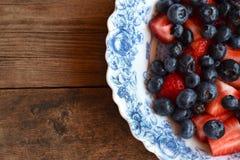 Bayas brillantes en un plato francés Fotografía de archivo libre de regalías