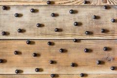 Bayas de Aronia y x28; chokeberry& negro x29; en fondo de madera en estilo rústico foto de archivo
