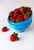 Bayas de la fresa en una taza azul Fotos de archivo