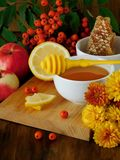 Bayas de la miel, del limón y de serbal rodeadas por las flores Foto de archivo