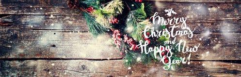 Bayas del árbol de abeto del fondo del vintage de la Navidad del texto Imagen de archivo