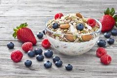 Bayas del Granola de Muesli del cereal Foto de archivo libre de regalías