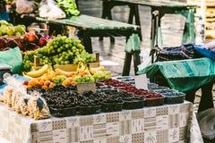 Bayas en cajas en el mercado Escaparate del mercado con las bayas Th foto de archivo libre de regalías