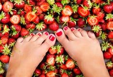 Bayas frescas del verano de las piernas femeninas Imagenes de archivo