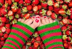 Bayas frescas del verano de las piernas femeninas Imagen de archivo libre de regalías