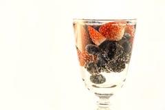 Bayas frescas en un vidrio de agua carbónica Imagen de archivo