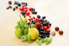 Bayas, frutas, verduras y mezclado nuts en la tabla Fotos de archivo