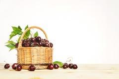Bayas maduras de la cereza en una cesta de mimbre Fotografía de archivo libre de regalías