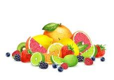 Bayas a mano y frutas en el fondo blanco imagen de archivo
