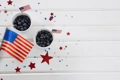 Bayas negras en cuencos con tema del 4 de julio Imagen de archivo libre de regalías