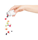 Bayas que se derraman fuera de la botella de píldoras Fotografía de archivo