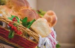 Bayas rojas orgánicas y pan fresco imagenes de archivo