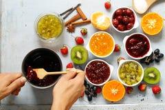 Bayas y atascos clasificados de la fruta Enlatado hecho en casa Imagen de archivo libre de regalías