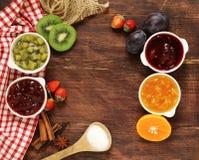 Bayas y atascos clasificados de la fruta Enlatado hecho en casa Fotografía de archivo libre de regalías