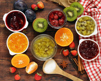 Bayas y atascos clasificados de la fruta Enlatado hecho en casa Imágenes de archivo libres de regalías