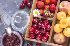 Bayas y fruta en una caja de madera Foto de archivo libre de regalías