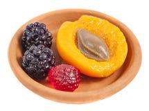 Bayas y fruta en una placa Imagenes de archivo